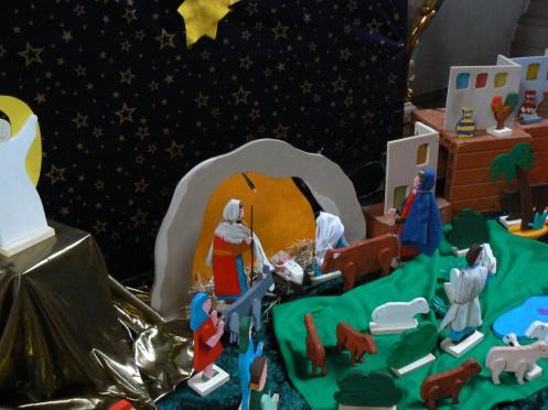 Cũng nơi Chúa chào đời, nhưng Crèche này do các cháu một trường Tiểu học dựng lên, với những mọn đồ chơi của các cháu
