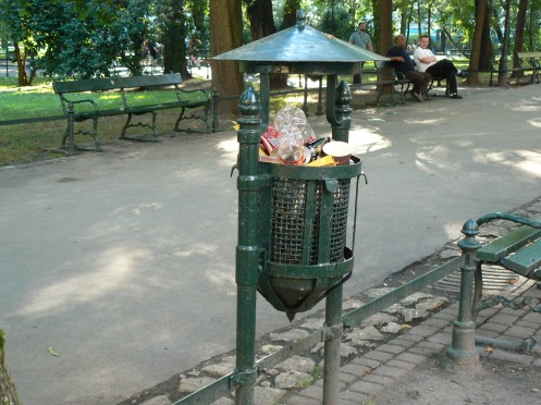 Giỏ rác trong một công viên, Cracovie, Pologne