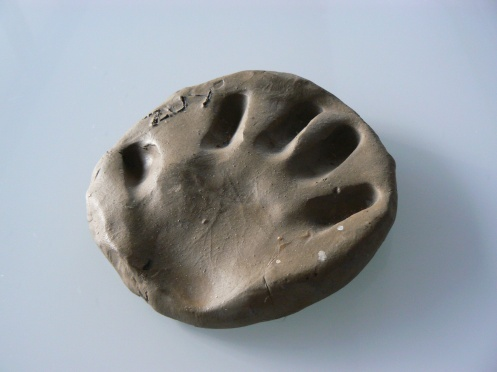 Trên miếng đất sét là vết bàn tay của con trai tôi lúc cháu lên ba