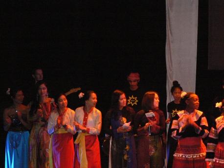 Văn nghệ Tết kết hợp những điệu múa Việt với sự hiện diện của bạn bè sở tại...