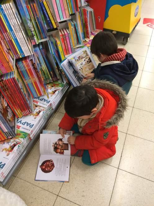 Thật cảm động thấy hai cậu bé nhỏ này ngồi bệt xuống đất, mê mẫn đọc sách ,,,