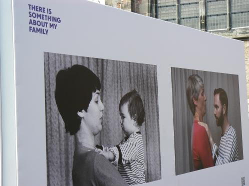 Deux photos, prises à une vingtaine d'années de distance. Mère et fils ...