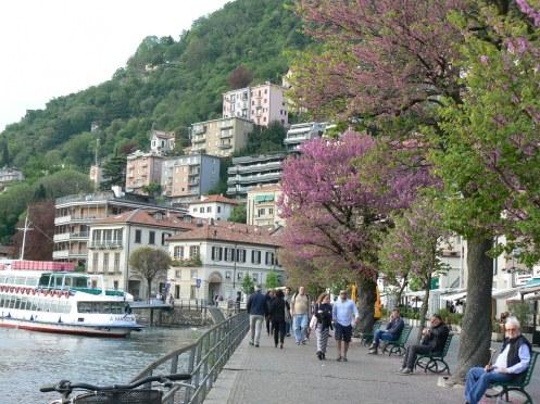 Bên bờ này cỷủa Hồ Como, đường đi ven hồ và thành phố xưa