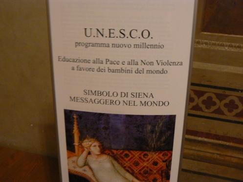 Một trong những tranh vẽ trên tường ở Lâu đài này được UNESCO dùng như biểu trưng của hòa bình