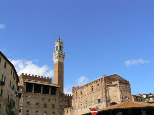 Nhìn từ phía bên kia đồi, toà nhà Palazzo Publico, ở Sienne, Italia