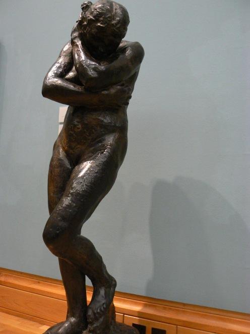 Eva khi bị đuổi ra khỏi vườn Địa đàn, lẫy hai tay che mặt và hai chân ở thế kín đáo