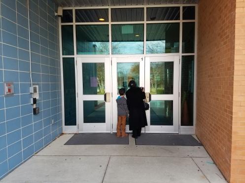 Hai bà cháu trước cửa đóng vì đang lễ Tạ ơn