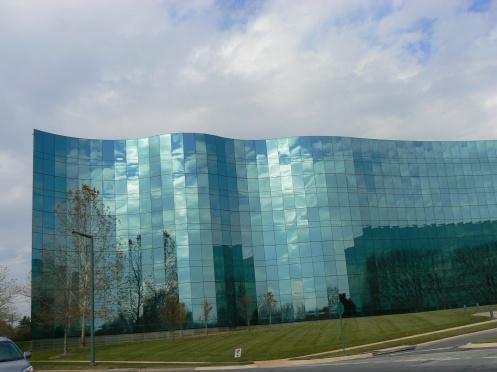 Một tòa nhà đẹp ở thành phố này: tôi thấy trời xanh và mây trắng ở trên tường kính !
