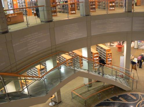 Một thư viện rộng, kiến trúc hiện đại, hai tầng