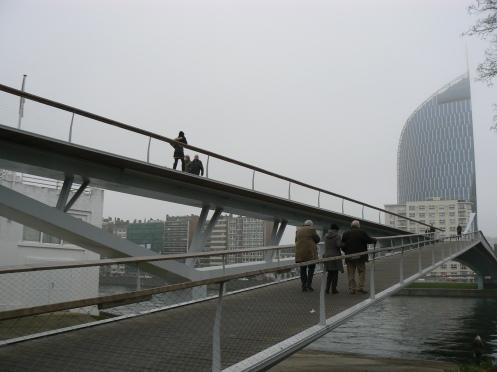 Chiều nay tôi đi bộ trên cây cầu này, cầu vắt ngang sông Meuse