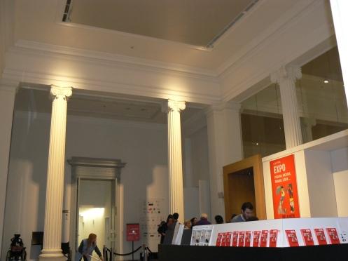 Sảnh của Bảo tàng, hiện đang có Triển lãm 21 rue Boétie