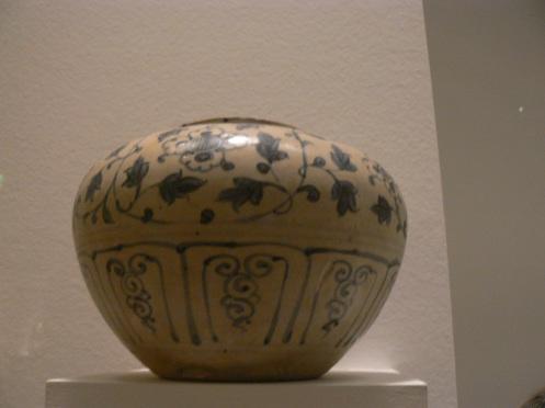 Bình sứ tráng men, họa tiết hoa xanh. Miền Bắc, thế kỷ XV
